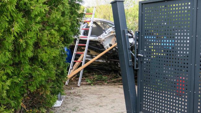 <p>Der Wagen prallte gegen ein Tor und blieb zwischen mehreren Müllcontainern auf der Seite liegen.</p>