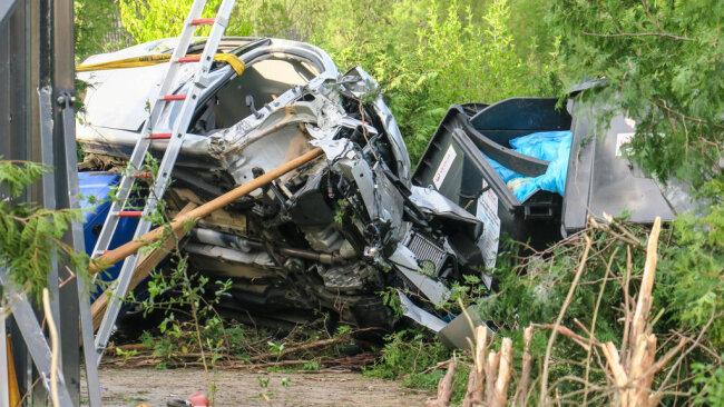 <p>Der Fahrer wurde von Kameraden der Feuerwehr Wilkau-Haßlau aus seinem Auto befreit. Er wurde vom Rettungsdienst in ein Krankenhaus gebracht.</p>