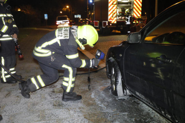 <p>Gegen 23.30 Uhr hatte ein Zeuge den Brand bemerkt und einen weiteren Passanten informiert, der die Polizei alarmierte.</p>