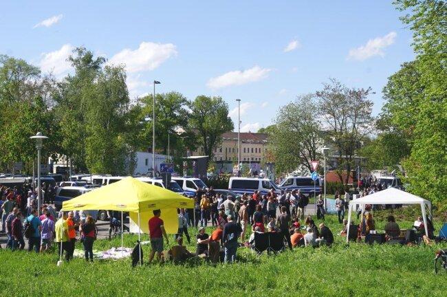 <p>Gegendemonstranten des Bürgerpicknicks .</p>
