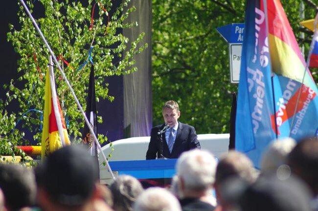"""<p><br /> Hauptredner Björn Höcke warf in einem knapp halbstündigen Rundumschlag den anderen Parteien, die er durchgehend als """"Kartellparteien"""" bezeichnete, eine """"Totalsabotage des Landes"""" vor.</p>"""