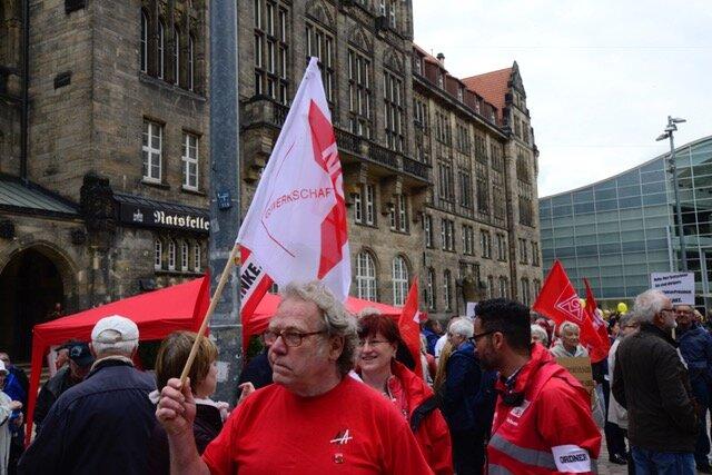 <p>Einige hundert Menschen haben sich gegen 10 Uhr auf dem Neumarkt versammelt. Ministerpräsident Michael Kretschmer und Sachsens DGB-Chef Markus Schlimbach sind eingetroffen. SPD, Linke, Grüne, Jungliberale, DGB-Gewerkschaften und Gruppen wie Amnesty International sind präsent. Am Rosenhof steht die AfD. Unter den Besuchern auch Kritiker der aktuellen Politik.</p>