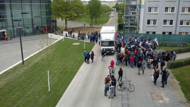 """<p>Der Studentenrat hat zu einer Demo gegen den """"Ausverkauf von Bildung"""" aufgerufen. Die Stimmung ist ausgelassen.</p>"""