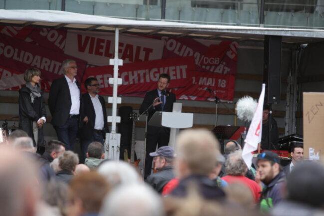 """<p>DGB-Bezirkschef Markus Schlimbach spricht gegen Rechtsextremismus und Menschenverachtung und für eine """"solidarische Gesellschaft"""". Er fordert """"Tarifverträge für Verlässlichkeit und Sicherheit"""". Die Bundesregierung fordert er auf, die Tarifbindung gesetzlich zu stärken.</p>"""
