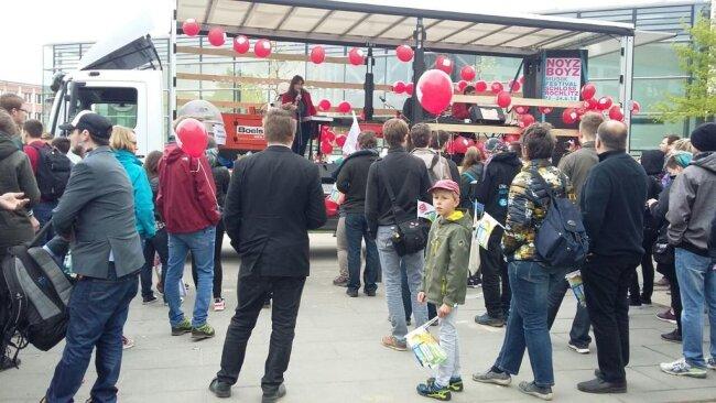 <p>Bevor die Kundgebung von der TU-Mensa aus losgeht, hält Silke Brewig-Lange (Die Linke), Vorsitzende des Stadtelternrates, eine Rede vor den versammelten Studenten...</p>