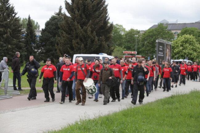 """<p>Mitglieder des """"III. Weges"""" sind am Johannisplatz unterwegs.</p>"""