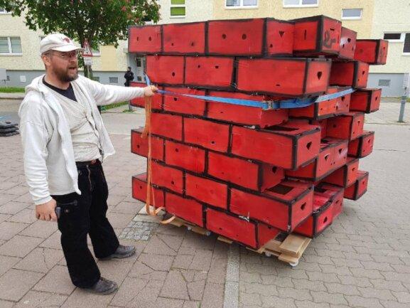 """<p>Gegner der Neonazi-Demo wollen an der Dresdner Straße eine symbolische Mauer aufbauen. """"Die sollen sehen, dass wir sie hier nicht haben wollen"""", sagte einer der Initiatoren. Erste Segmente aus Bananenkisten werden antransportiert.</p>"""