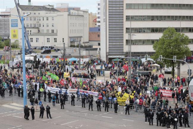 <p>Am Stefan-Heym-Platz kommt die DGB-Demo an, die auf knapp 2000 Teilnehmer angewachsen sein dürfte...</p>
