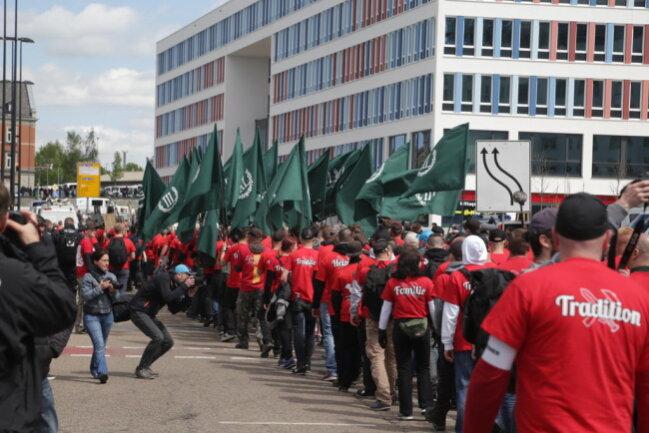 """<p>Der Zug des """"III. Weges"""" setzt sich in Richtung Dresdner Platz in Bewegung - mit Fahnen der Partei, Trommeln, Transparenten.</p>"""