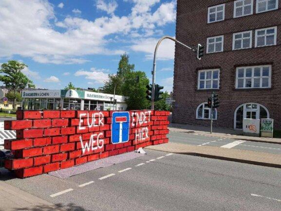 """<p>Gegendemonstranten haben auf dem Sonnenberg einen Willkommensgruß für die Demonstranten des """"III. Weges"""" aufgestellt.</p>"""