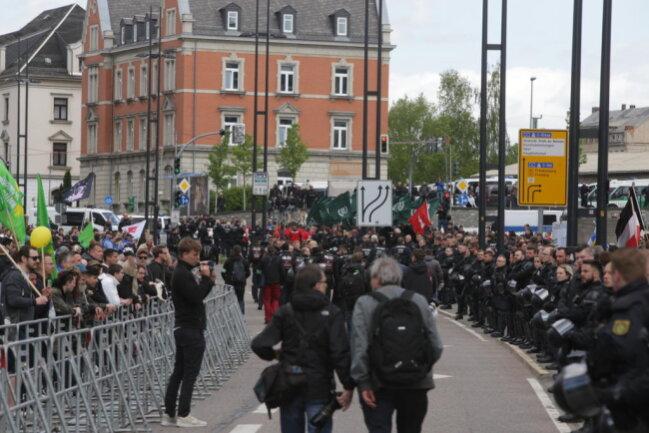 <p>Die Polizei trennt Demonstranten und Gegner an der Bahnhofstraße.</p>
