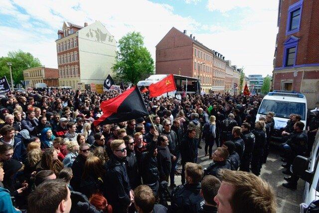<p>In Höhe Fürstenstraße/Zietenstraße ist eine Gruppe Antifa-Demonstranten von der Polizei festgesetzt worden. Das berichten mehrere Demonstrationsteilnehmer. Die Polizei führe Personenkontrollen durch und habe mehrere Personen in Gewahrsam genommen, berichten die linken Demonstranten.</p>