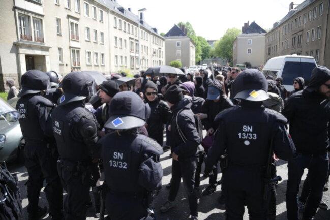 <p>Linke Gegendemonstranten an der Bernhardstraße.</p>
