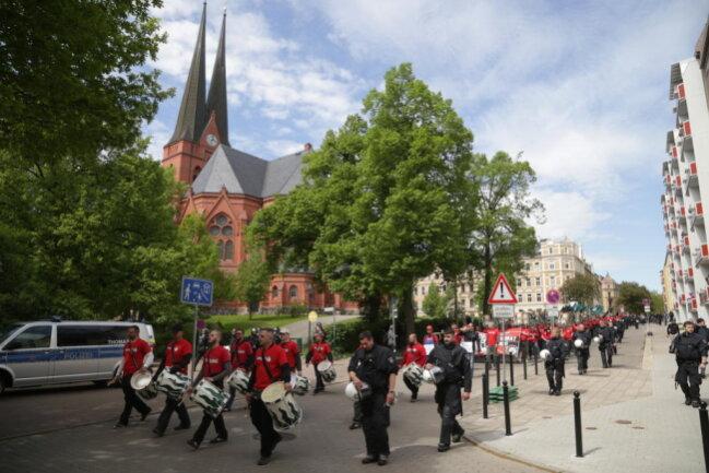 """<p>Demonstranten des """"III. Weges"""" ziehen über den Sonnenberg, vorbei an der Markuskirche.</p>"""