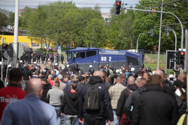 """<p>Die Polizei Sachsen meldet gegen 15.50 Uhr: """" Die Versammlung III. Weg in Chemnitz wurde offiziell beendet.""""</p>"""