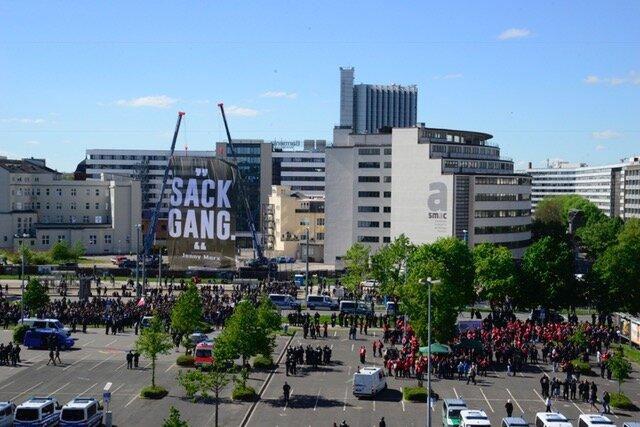 """<p>Die Kundgebung des """"III. Weges"""" ist beendet. Die Polizei begleitet die Teilnehmer, die mit der Bahn angereist sind, zum Hauptbahnhof und zieht ihre Wasserwerfer von der Bahnhofstraße ab.</p>"""
