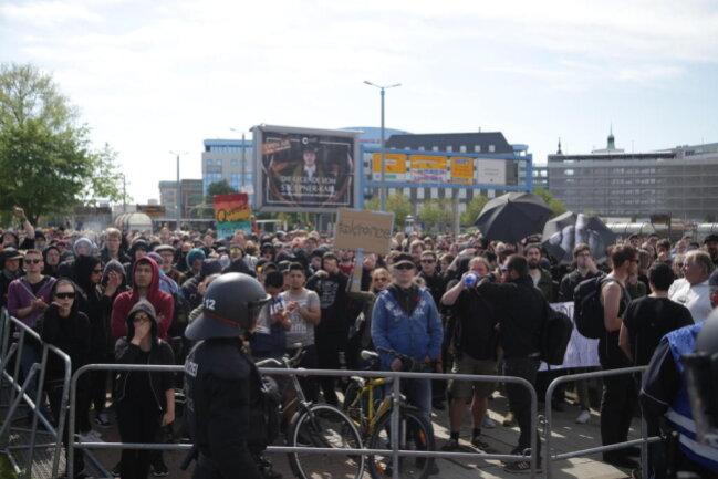<p>Gegendemonstranten auf der Bahnhofstraße.</p>