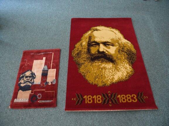 <p>Karl Marx als Teppich, Skulptur, Gemälde oder Teller: Solche Kunstwerke und Devotionalen zeigt die Galerie Weise auf dem Rosenhof in Chemnitz.</p>