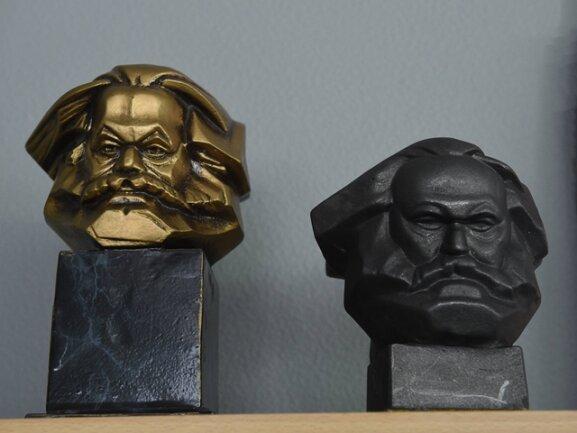<p>Darunter sind auch Nachbildungen des Marx-Monuments ...</p>