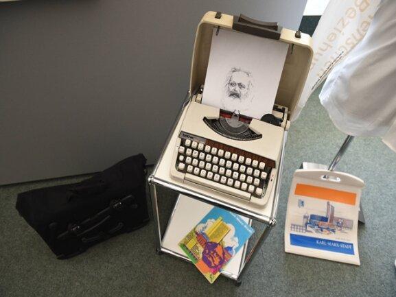 <p>... oder dieses mit der Schreibmaschine hergestellte Bild.</p>