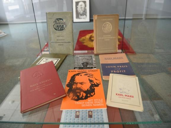 <p>Hinzu kommen natürlich Bücher von und über Marx.</p>