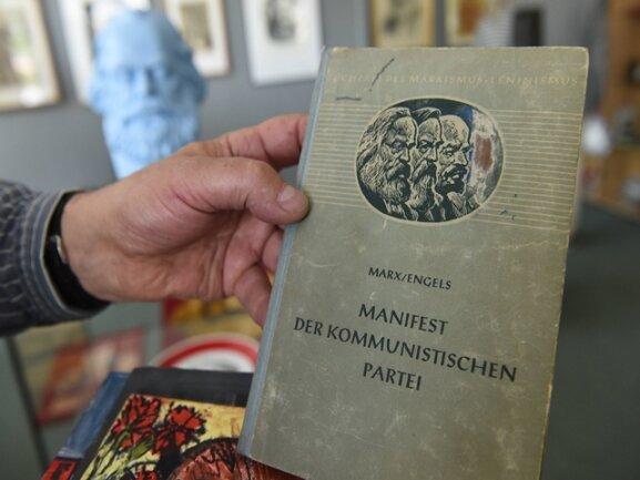 """<p>Das """"Kommunistische Manifest"""" - das bekannteste Werk des Philosophen - darf nicht fehlen.</p>"""