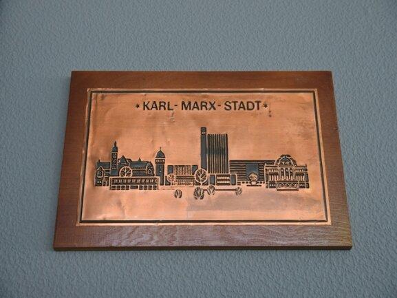 """<p>Dieser Stich zeigt Chemnitzer Gebäude und das Marx-Monument. Die """"Karl-Marx-Stadt-Information"""" links vorn gibt es nicht mehr.</p>"""