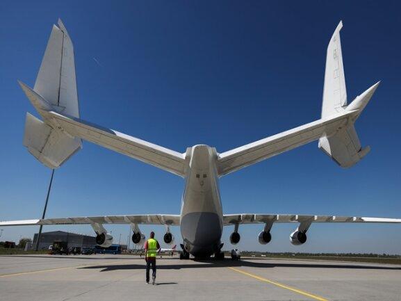 <p>Doch da sich bald herausstellte, dass es Bedarf an Flugzeugen für besonders große und schwere Frachtstücke gab, wurde der Riesenvogel reaktiviert.</p>