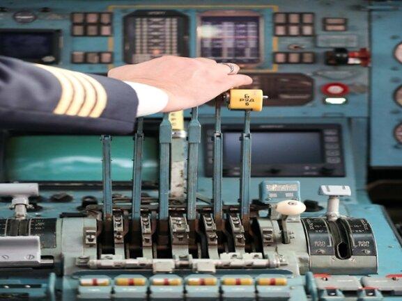 <p>Im Cockpit ist vielfach noch Handarbeit angesagt. Aber die Maschine gilt dafür als äußerst zuverlässig.</p>