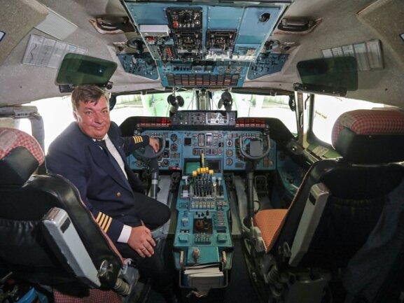 <p>Chef im Cockpit der Antonow ist Dimitri Antonow (!), und auch die Firma heißt Antonov Design Bureau.</p>
