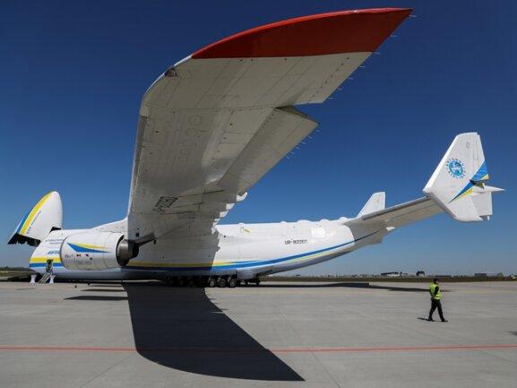 <p>In den riesigen Frachtraum würde der komplette Rumpf einer Boeing 737 passen. Eine zweite An-225 sollte gebaut werden. Sie wurde aber nie fertig gestellt. Deshalb bleibt die Maschine einzigartig.</p>