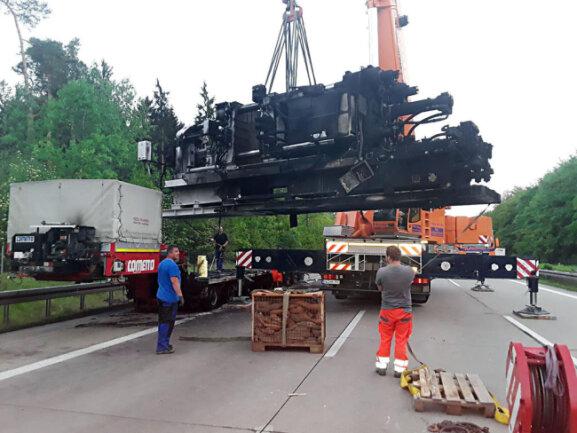 <p>Zum Löschen musste die Autobahn musste zwischenzeitlich in Richtung Dresden komplett gesperrt werden, später wurde der Verkehr einspurig vorbeigeleitet.</p>