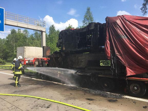 <p>Die Bremsen des Fahrzeuges hatten gegen 13.30 Uhr bei Hainichen blockiert und die Reifen in Brand gesetzt, teilte die Autobahnpolizei mit.</p>