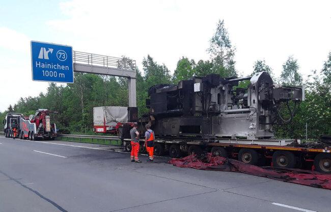 <p>Am Abend wurde die Autobahn nochmals komplett gesperrt, damit das Fahrzeug abtransportiert werden kann.</p>
