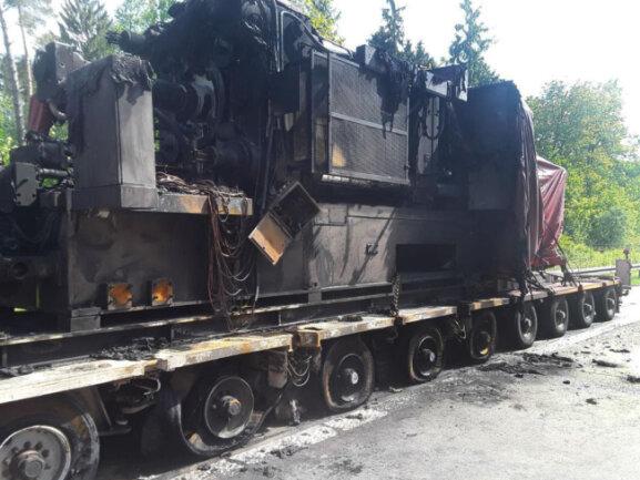 <p>Der Fahrer schaffte es noch, den Lastwagen auf den Seitenstreifen zu fahren. Verletzt wurde niemand. Es entstanden laut Polizei 65.000 Euro Schaden.</p>