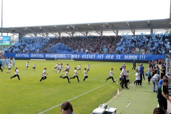 """<p>""""Aufstieg, Abstieg, Neuanfang - was bleibt ist der 12. Mann"""" steht auf den Fan-Plakaten des CFC.</p>"""