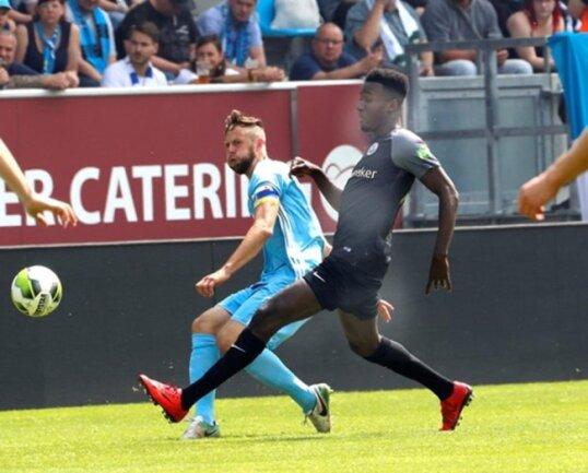 <p>Marc Endres (CFC, links) und Mike Owuso im Kampf um den Ball.</p>