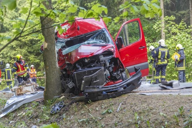 <p>Bei dem Unfall sind Farben, die der Transporter geladen hatte, aufgeplatzt und ausgelaufen.</p>