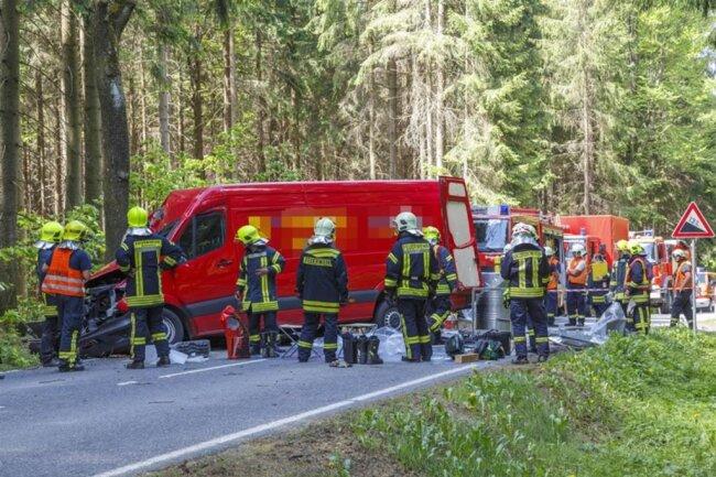 """<p>""""Die überschaubare Menge an Farben und Lacken haben wir mit leichten Schutzanzügen aus dem Laderaum geholt und verpackt"""", sagte Danilo Wötzel, der als Einsatzleiter der Feuerwehr vor Ort war.</p>"""