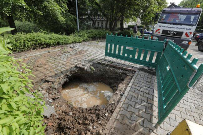 <p>Die Reparaturarbeiten laufen. Betroffene Kunden werden vorübergehend über eine Trinkwasserleitung aus Richtung Trinkwasserspeicher an der Leipziger Straße versorgt.</p>