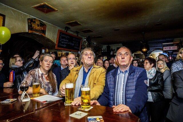 """<p>Beste Pressefotos des Jahres - Blickpunkt, 1. Platz: """"Böse Überraschung"""" von Eric Münch.Die CDU hielt ihre Wahlparty zur Bundestagswahl 2017 in der Kneipe Red Rooster in Dresden ab. Als die erste Prognose auf den Bildschirmen gezeigt wurde, waren viele entgeistert.</p>"""