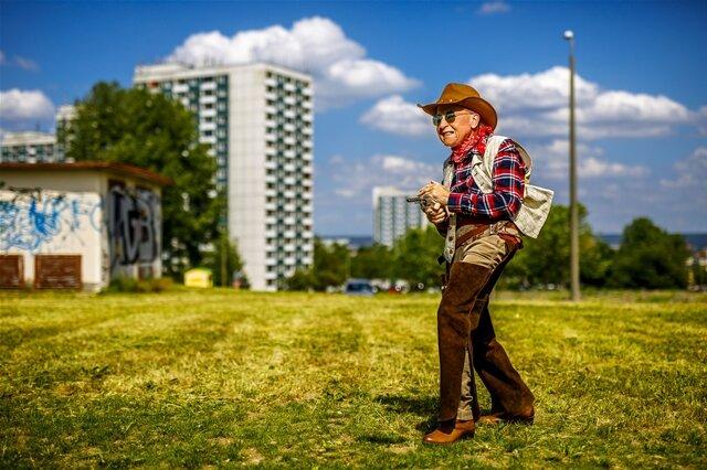"""<p>Reportagefoto/Fotoserie des Jahres: """"Alter ist, was man draus macht"""" von Eric Münch. """"Großstadtcowboy"""": Peter Weiß posiert für das Projekt """"Schönheit im Alter"""", durchgeführt vom Studio Lamettanest im Ambulanten Pflegezentrum Dresden-Gorbitz-Cotta.</p>"""