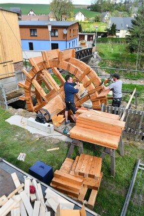<p>Ab Anfang des 20. Jahrhunderts wurde die Brettmühle mit Dampf betrieben, zuvor etliche Zeit mit Wasserkraft – dies veranschaulicht das als Schaustück nachgebaute Mühlrad in Mulda.</p>