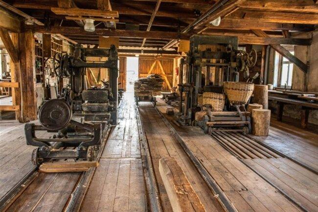<p>Aus Holz gemacht und mit Maschinen aus Metall bestückt, ein Zeugnis der Industrialisierung des Erzgebirges: der Sägeboden der Brettmühle, die es – nun komplett saniert – in Mulda nahe Freiberg zu sehen gibt. Fast 140 Jahre hat das technische Denkmal auf dem Buckel.</p>