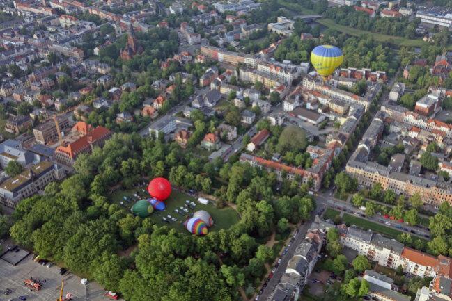 """<p xmlns:php=""""http://php.net/xsl"""">Alternativ können Besucher&nbsp;nebenan auf dem Platz der Völkerfreundschaft mit einem Ballon am Kran in die Höhe gezogen zu werden.</p>"""