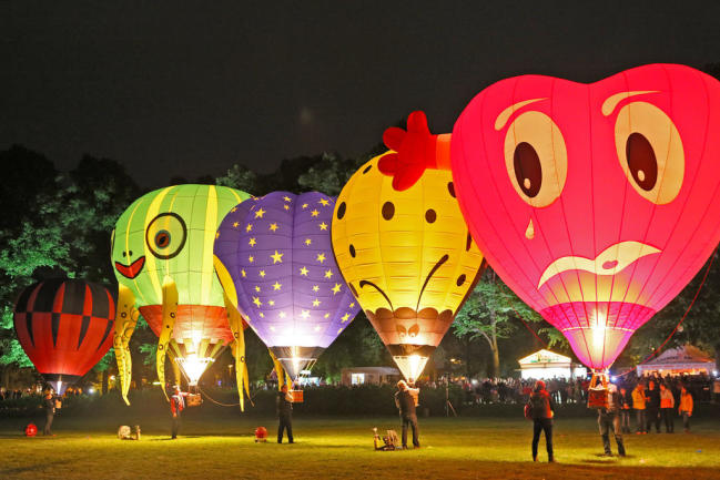 <p>Abends gibt es Lampionumzüge für die Kinder und immer um 22 Uhr das Ballonglühen.</p>