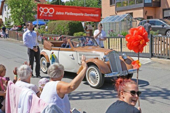 <p>Der Festumzug anlässlich des 900-jährigen Bestehens von Ebersbrunn ist am Sonntagnachmittag friedlich und sehr feierlich verlaufen. Bürgermeister Tino Obst führte den bunten Tross im im DKW F8 Cabrio an.</p>