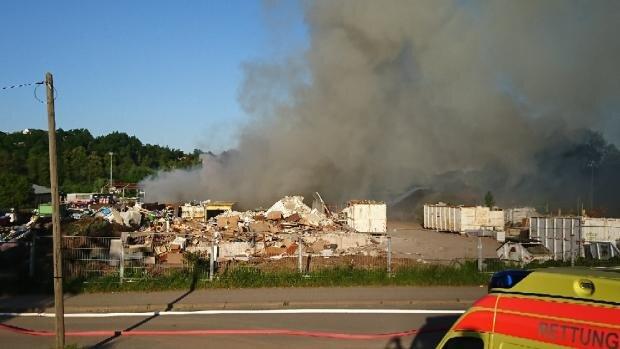 """<p xmlns:php=""""http://php.net/xsl"""">Verletzte gab es laut Polizei nicht. Die Helfer wurden um 17.40 Uhr alarmiert, weil Holzabfälle auf einer schätzungsweise 600 Quadratmeter großen Fläche in Flammen standen.</p>"""
