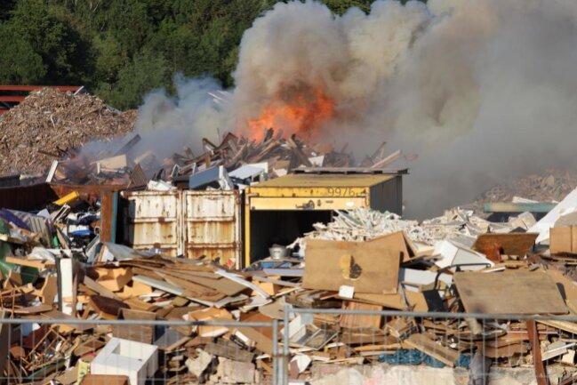 <p>Die Ermittlungen zur Brandursache laufen. Der Firmeninhaber geht von einem hohen Schaden aus.</p>