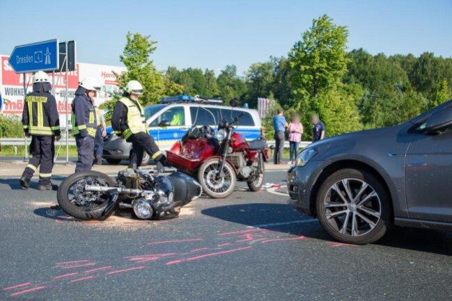 <p>Ein schwerer Verkehrsunfall auf der B101 bei Siebenlehn hat am Pfingstmontag ersten Angaben zufolge fünf Verletzte gefordert.</p>
